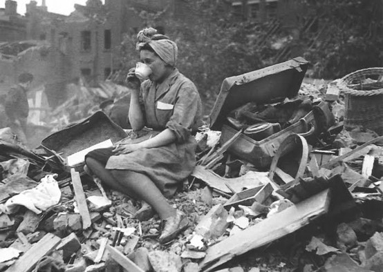 Drinking-Tea-in-London-during-the-Blitz